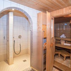 Einsicht zur Sauna und Dusche
