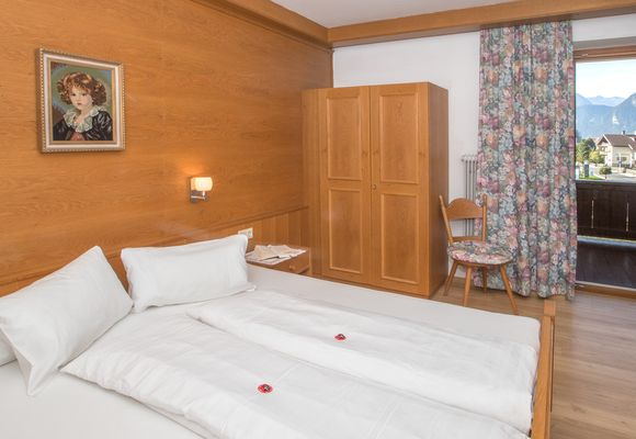 Bedroom with double bed and access to the balcony